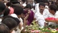 ஜெயலலிதா நினைவிடத்தில் கண்ணீர் சிந்திய சசிகலா!!
